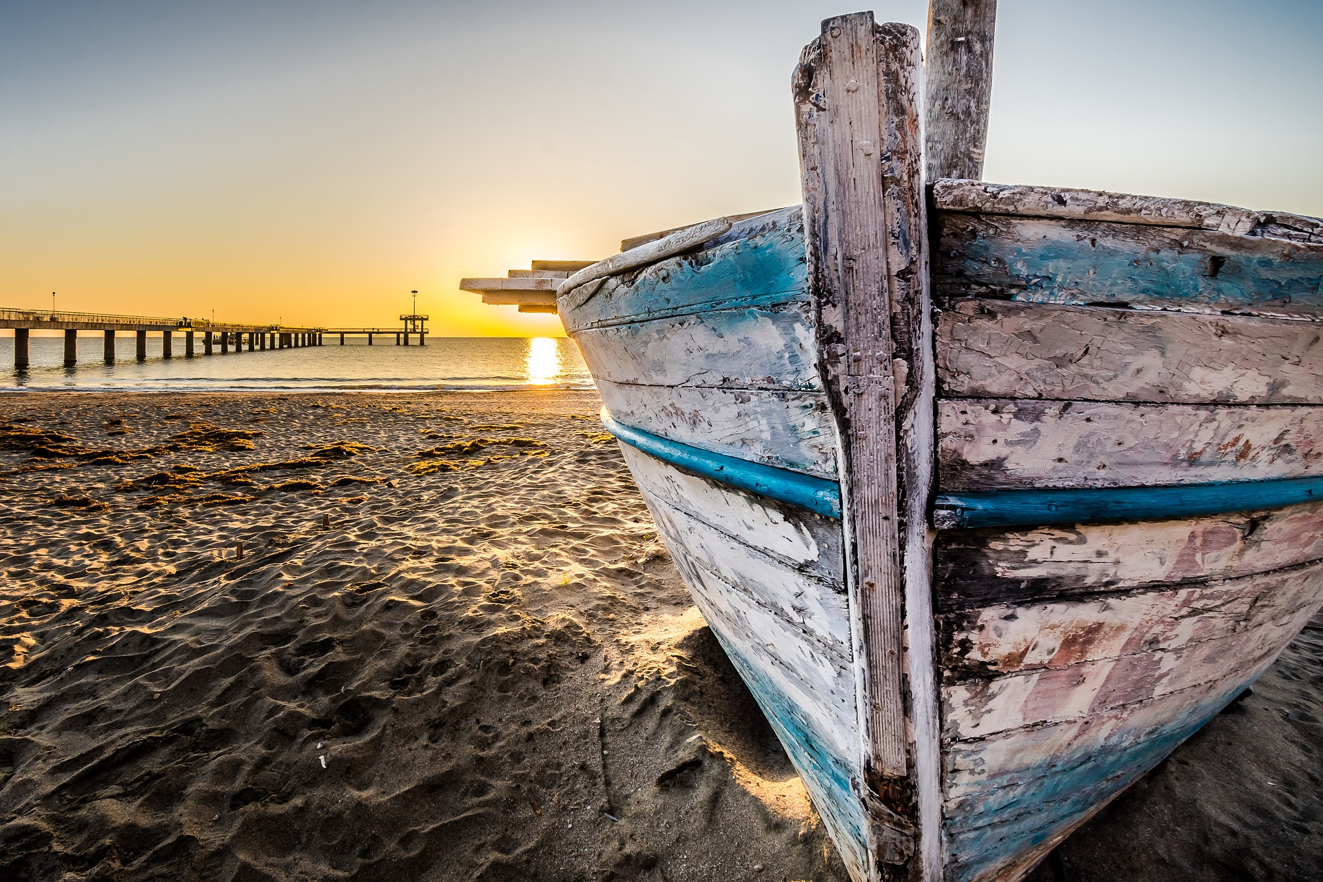old-wooden-boat-at-sunrise-2873907_1920